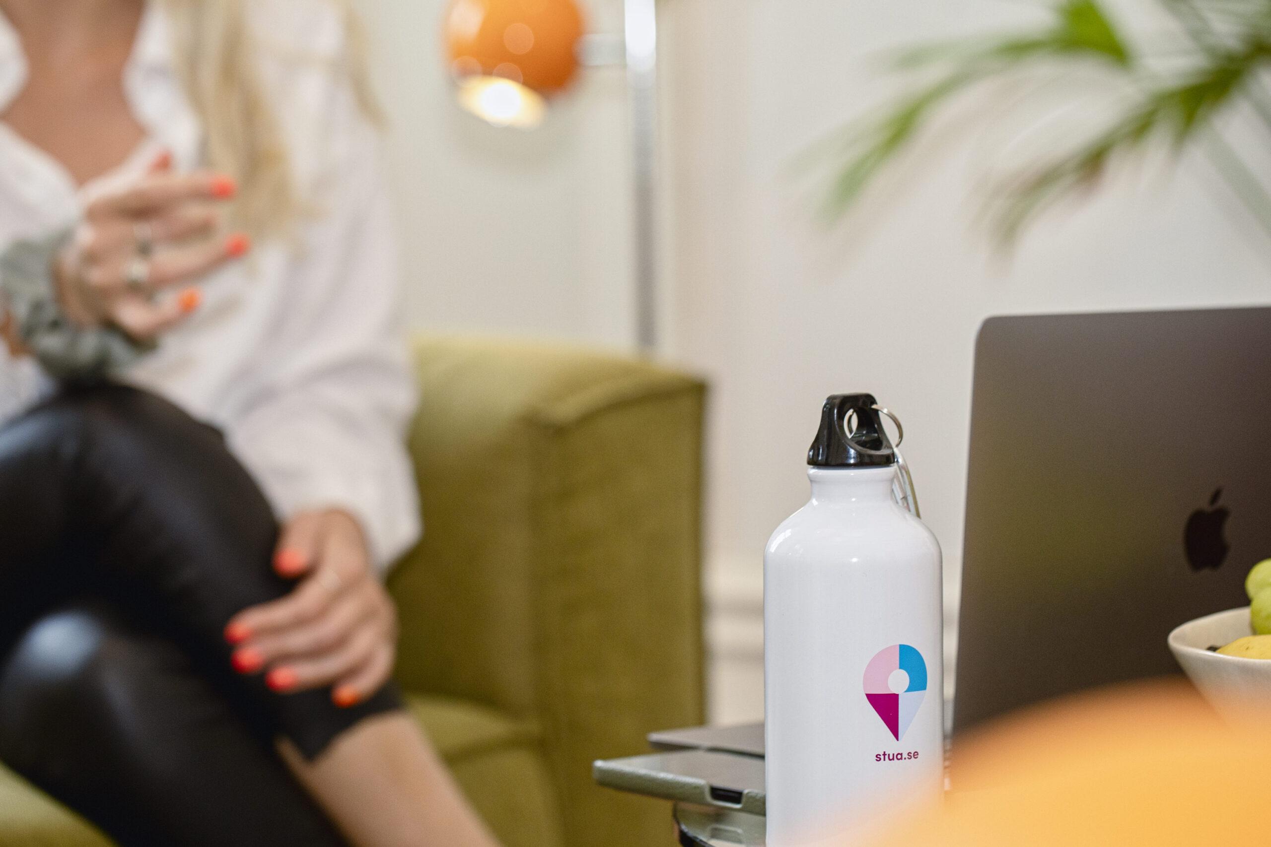 Kontoret Eskilstuna närbild flaska